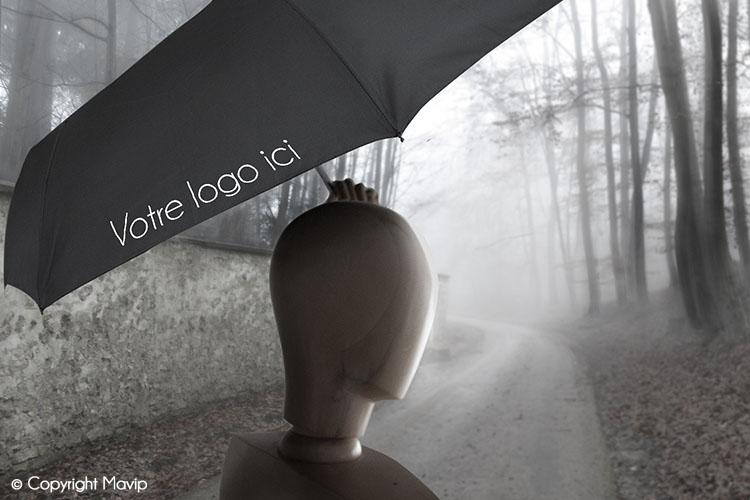 Goodie Boy et ses objets publicitaires dans la forêt avec un parapluie #votrelogoici