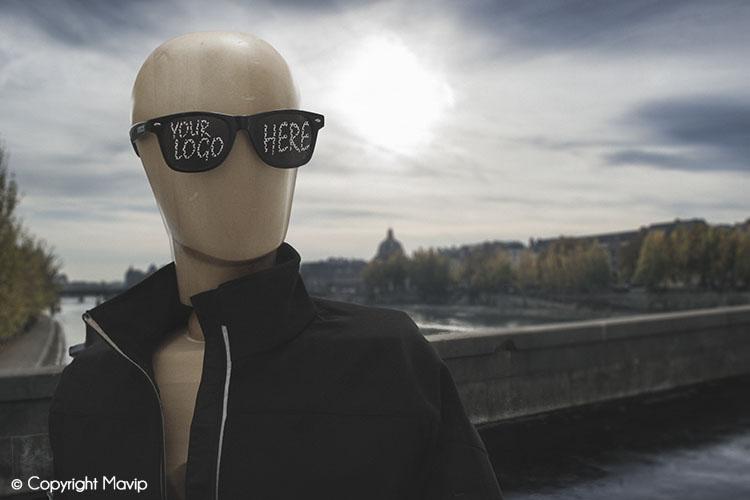 Goodie Boy et ses objets publicitaires à paris avec des lunettes pub #votrelogoici