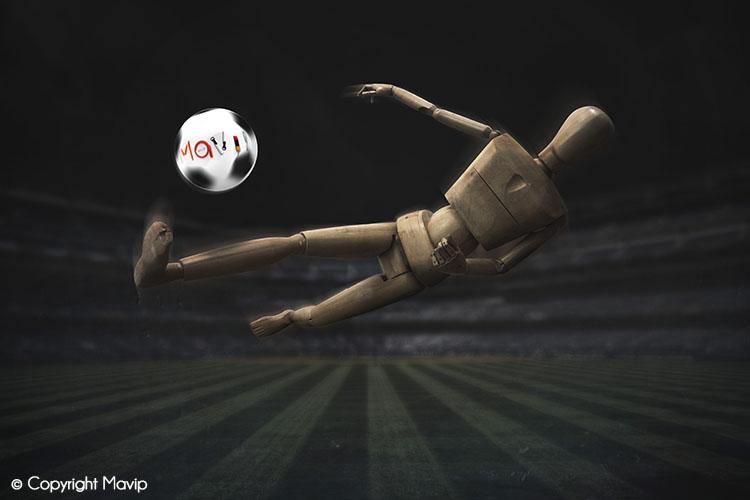 Goodie Boy et ses objets publicitaires sur un stade de foot avec un ballon #votrelogoici