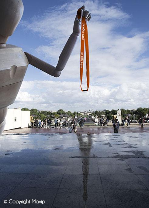 Goodie Boy et ses objets publicitaires lanyard tour du cou à la Tour Eiffel