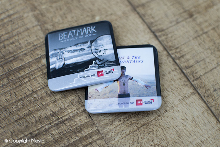 Les badges publicitaires réalisés par Mavip l'agence de communication par l'objet pub