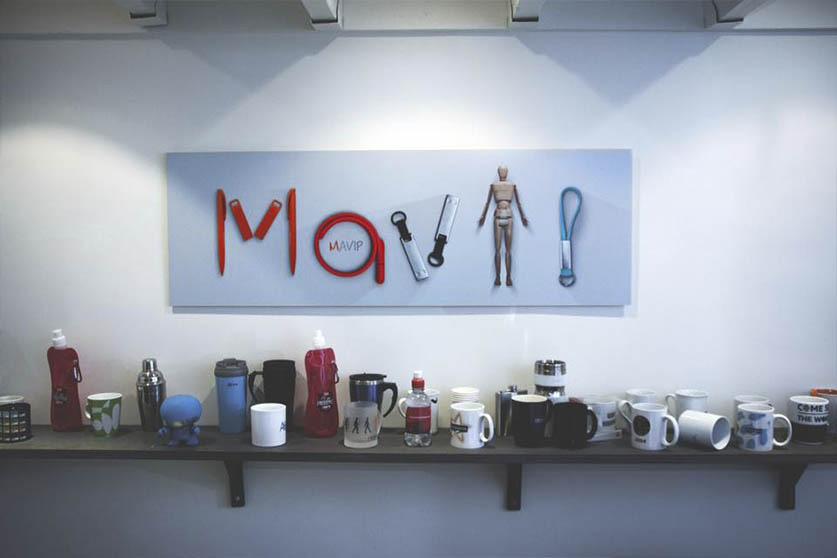Cadre photo accroché au mur de l'agence