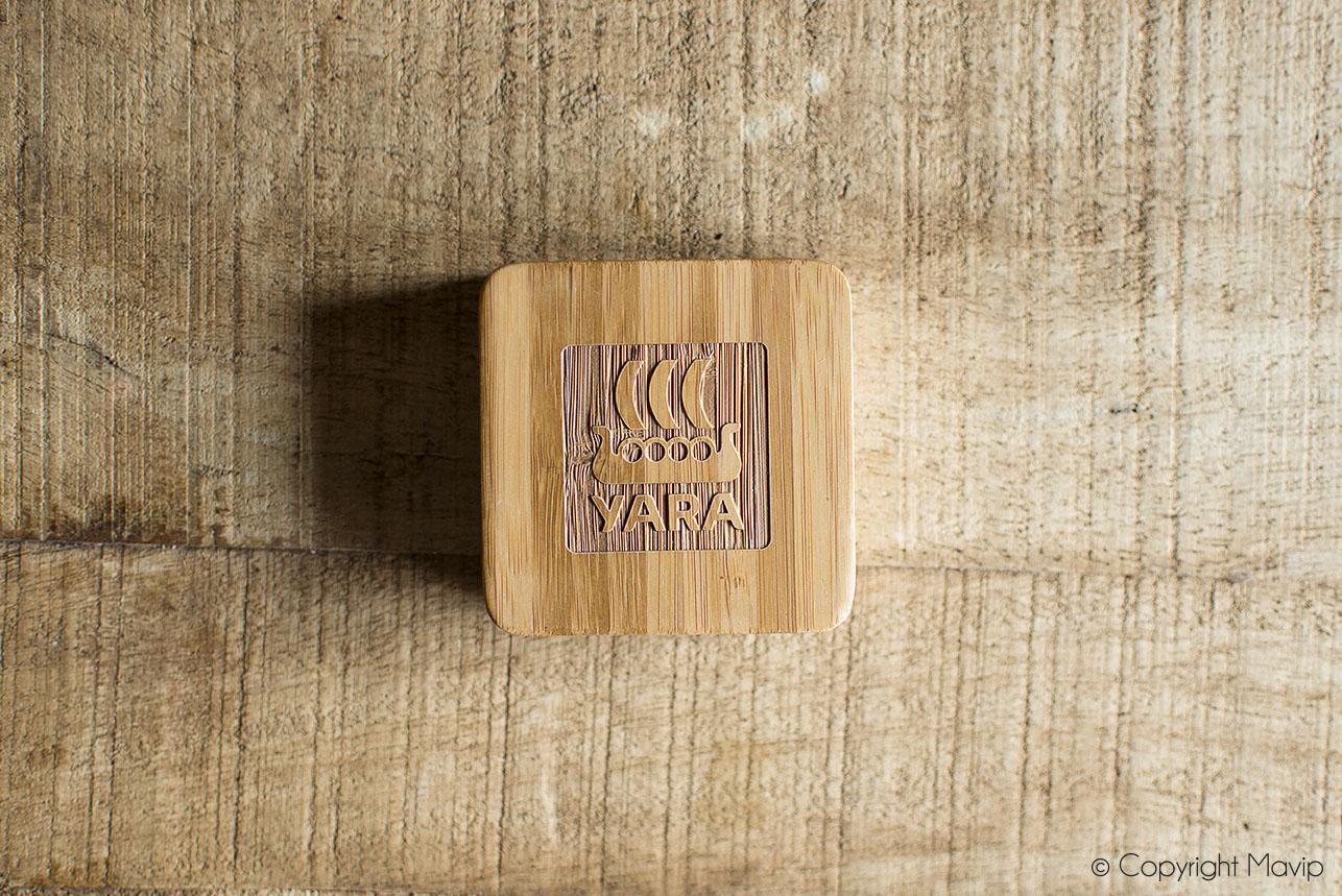 Chargeurs smartphones en bois personnalisé avec logo gravé réalisés pour YARA par Mavip