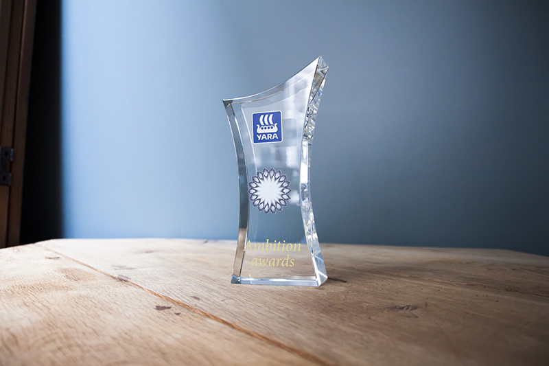 Trophées personnalisables à la forme et avec gravure laser de votre logo d'entreprise