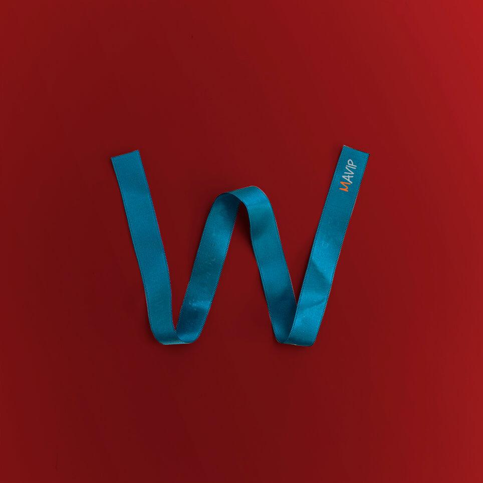 Lettre W écrit avec un goodies de l'abécédaire de Mavip