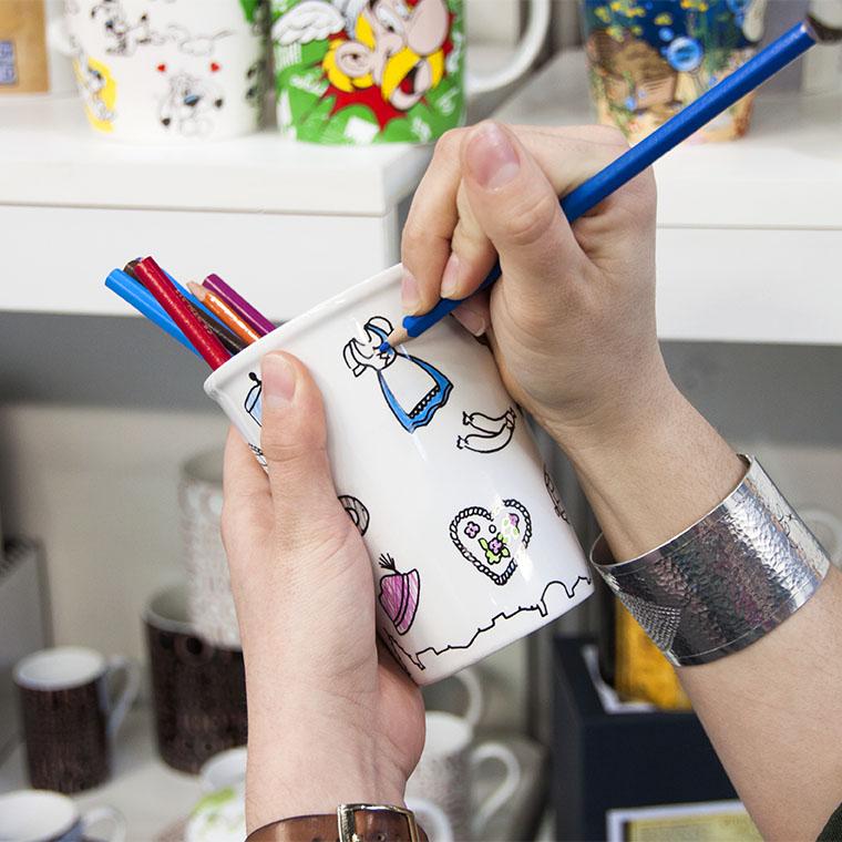 Personnalisez vous-même vos mugs en les coloriant