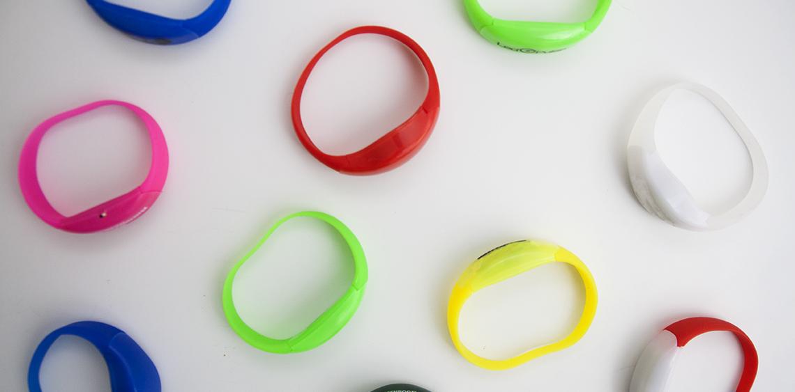 Bracelets lumineux réactifs au mouvement ou au rythme de la musique personnalisables avec logo