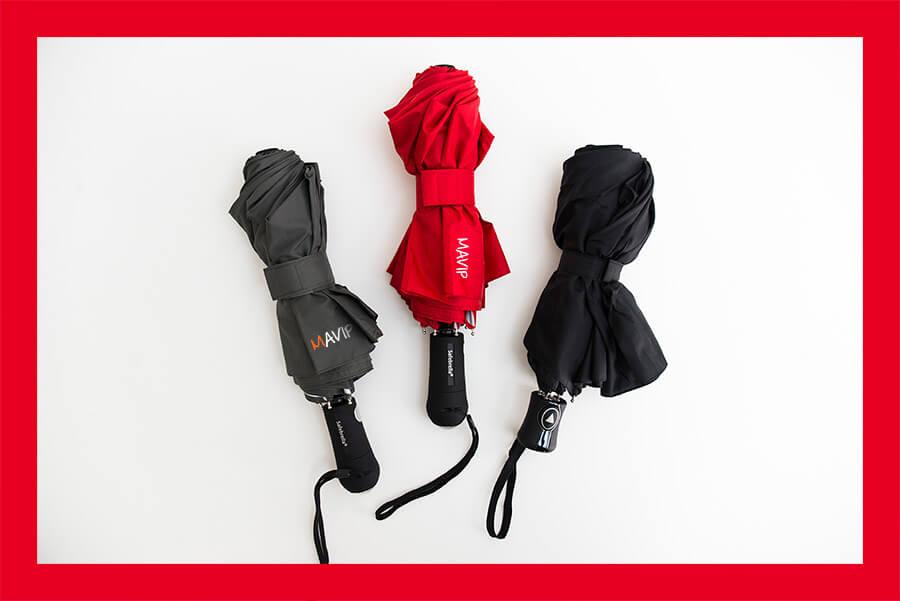 Parapluie personnalisable avec marquage logo d'entreprise qui apparait sous la pluie