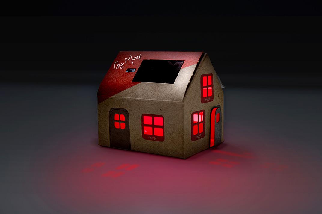 Maison en carton veilleuse solaire personnalisable avec logo d'entreprise objet média by Mavip
