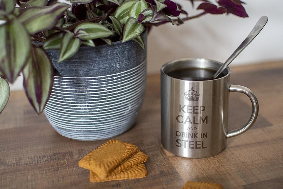 mug en métal avec gravure laser d'un texte : Keep calm and drink in steel